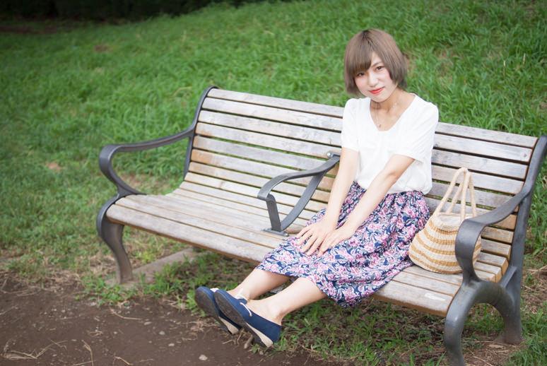 ベンチに座って足を伸ばす女の子
