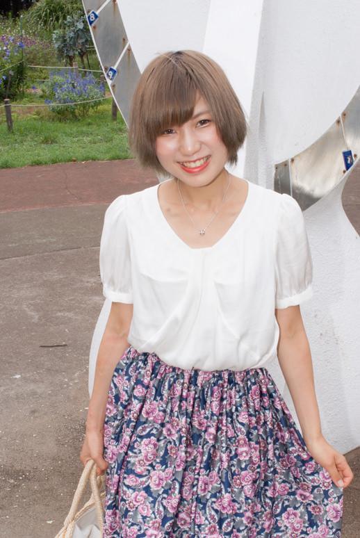 代々木公園の日時計の前に立つ女の子