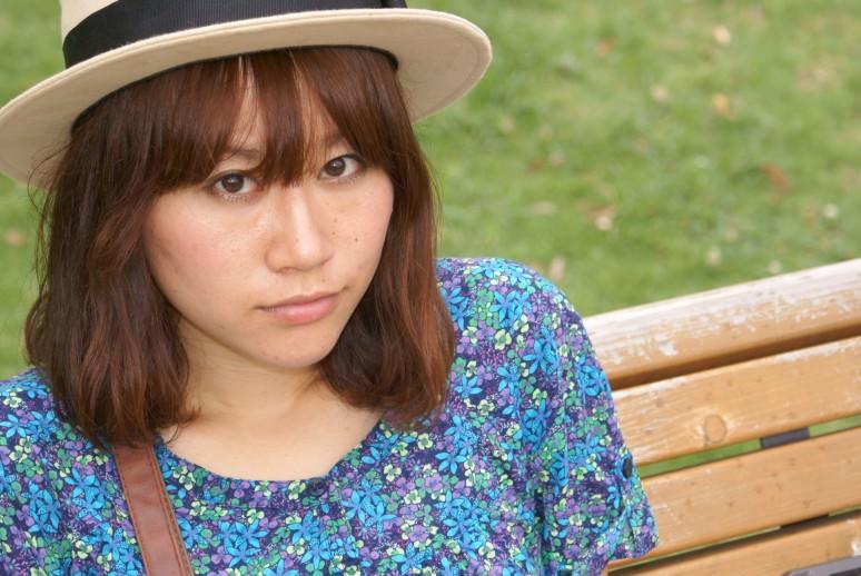 ベンチに座った帽子をかぶっている女の子