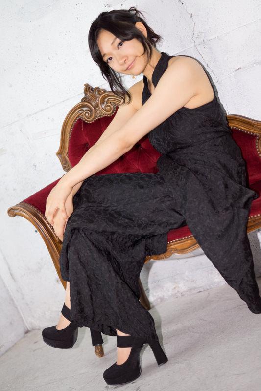 手を伸ばして赤い長椅子に座る黒のドレスの女の子