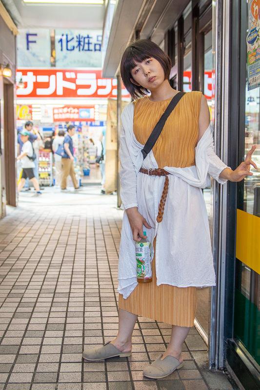 中野サンモールの横道に立つ女性