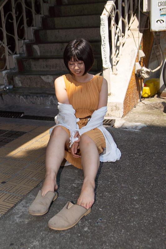 階段の下に座る女性